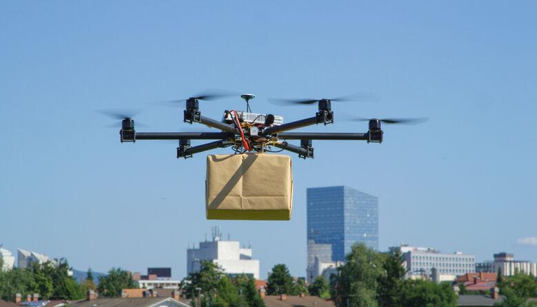 Доставка майбутнього: У США бібліотекарка надсилає книги школярам дронами