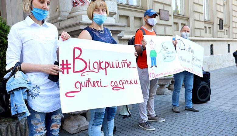 «Дозвольте батькам знову працювати»: у Львові пікетували з вимогою відкрити дитсадки