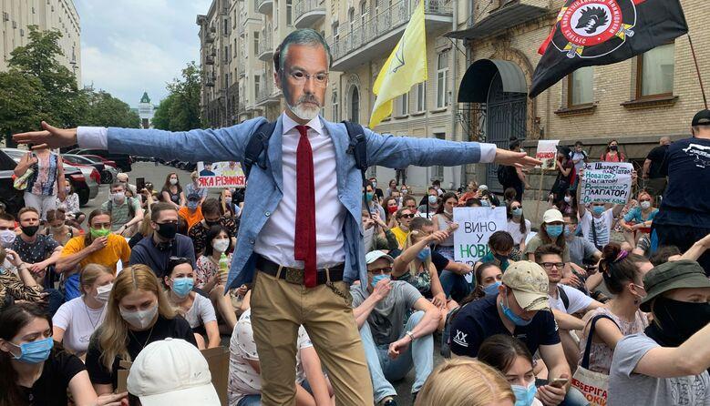 Мітинг проти Шкарлета: поліція не пускала до Офісу президента та перевіряла особисті речі (фото)