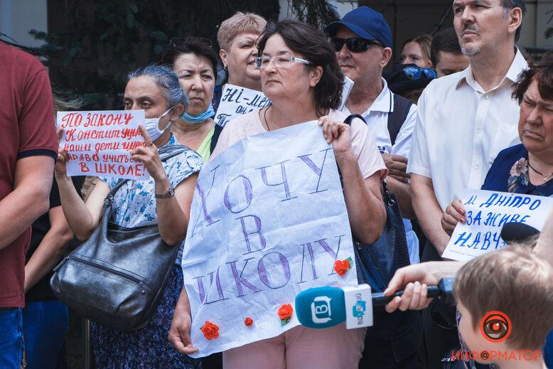 """Поверніть дітям школу: батьки збунтувалися проти навчання """"за моніторами"""" – фото, відео"""