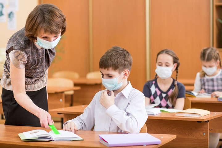 Вчителі у підвищеній зоні ризику – їх потрібно додатково захистити: профспілка звернулася до Кабміну
