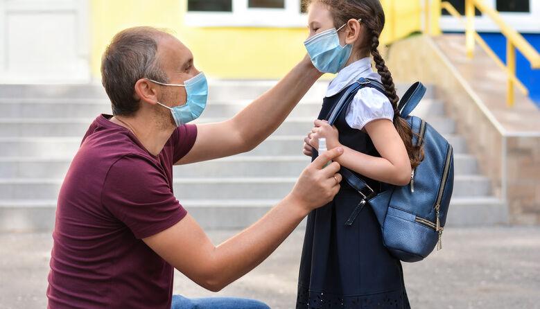 Моя донька має право заходити до школи без маски: батько називає карантинні обмеження незаконними