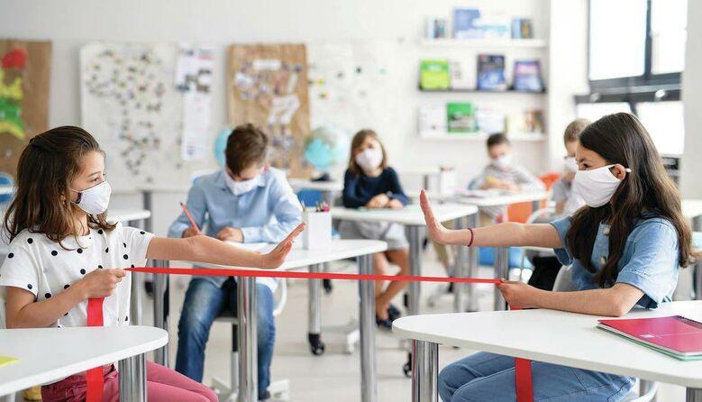 Без питних фонтанчиків та в захисних щитках: як організоване навчання у різних країнах світу