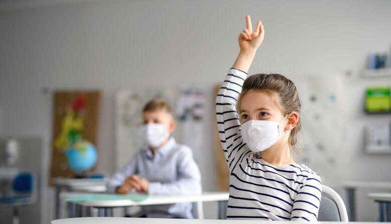«Вимагаємо повернути дітей до шкіл»: у Чернігові скасували змішаний формат навчання через скарги батьків