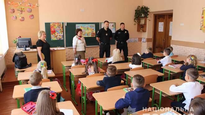 У школах працюватимуть поліцейські, щоб запобігти булінгу серед учнів та злочинності