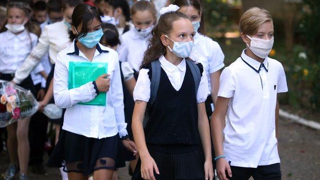 Саморобні щитки та збір грошей на маски: як відкривали українські школи 1 вересня