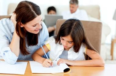 Чому психологи не рекомендують робити шкільні уроки разом з дитиною