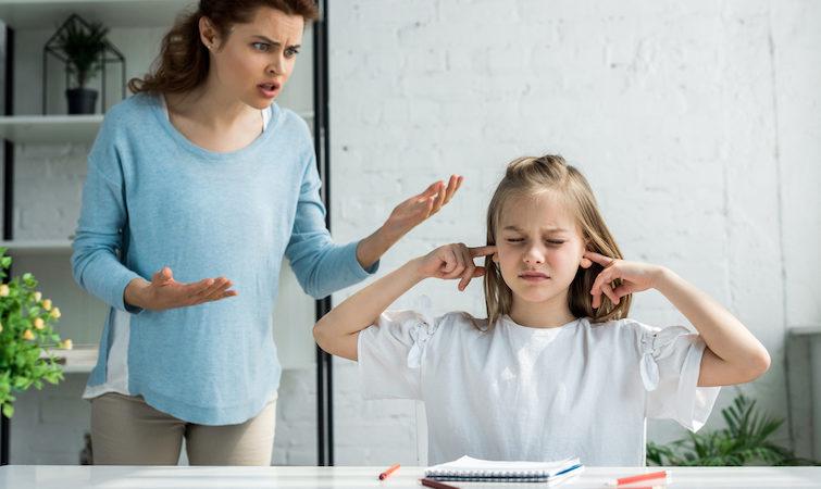 """""""Не встанеш, поки не доїси"""": як популярні фрази батьків впливають на розвиток дитини. 15 типових висловів"""