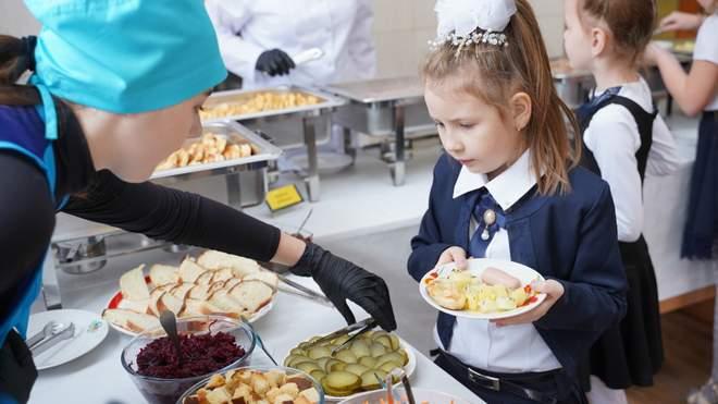 Без сосисок і напівфабрикатів: у МОЗ розповіли, як планують годувати дітей в школах і садочках