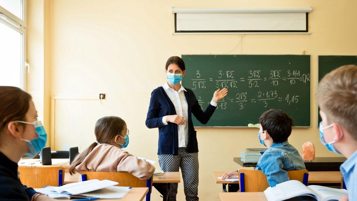 Президент пропонує застрахувати всіх вчителів