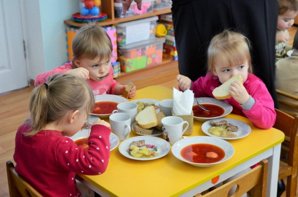 Щодо звільнення батьків дітей із малозабезпечених сімей від плати за харчування у ЗДО