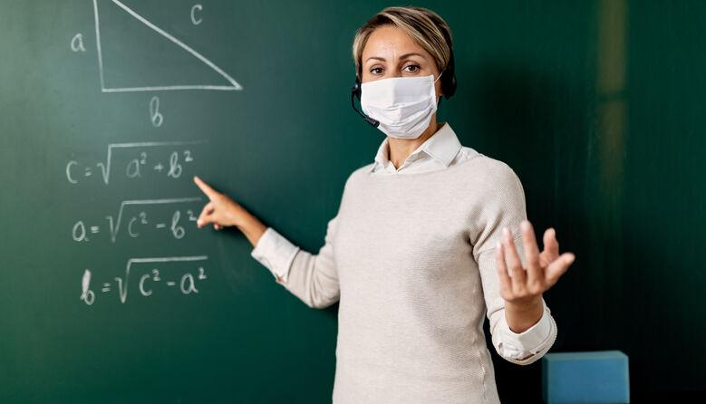 Чому нас, учителів, викинули і вперто не бачать? Директорка вимагає від владних структур захистити педагогів