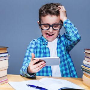 Учитель просить уряд заборонити у школі смартфони: відеозвернення
