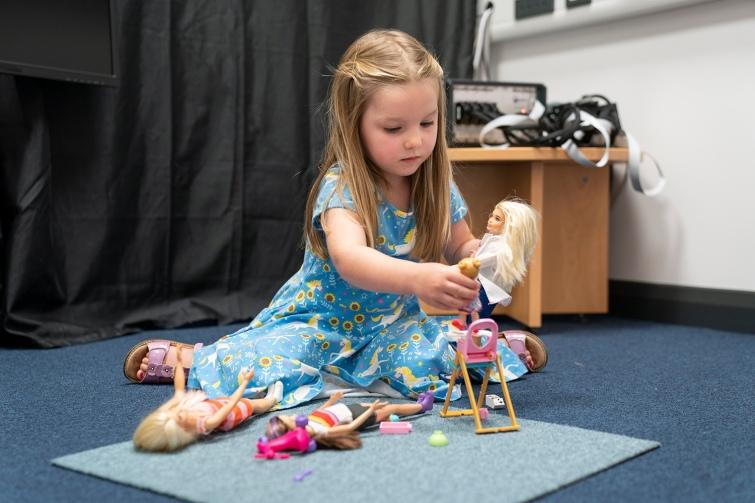 Дослідження показало, що гра в ляльки позитивно впливає на мозок дітей