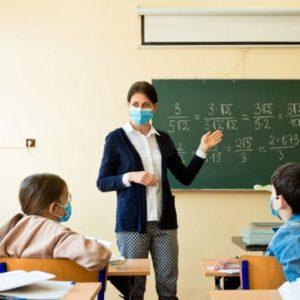 Жбурнув ручкою та вдарив книжкою по голові: у школі на Волині учень познущався з вчительки, – ЗМІ