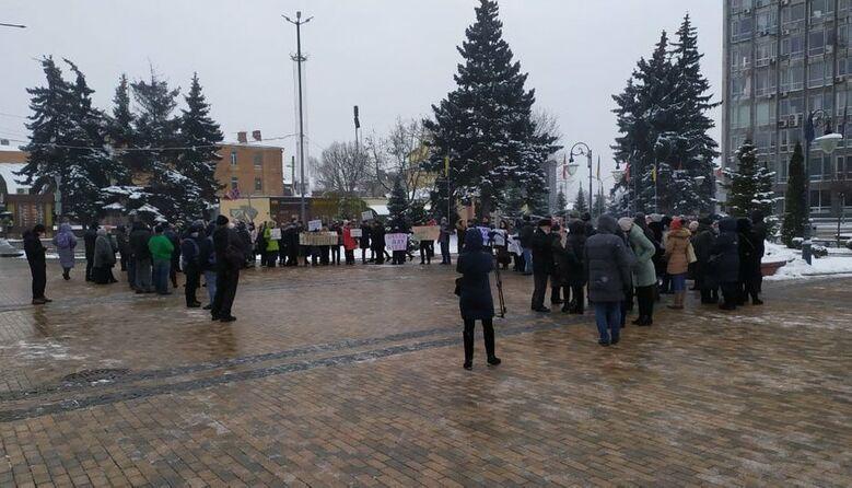 «Ми проти дистанційного навчання»: у Вінниці батьки вийшли на протест проти онлайн-освіти