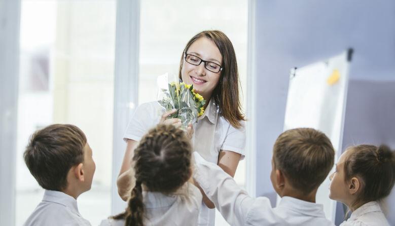 «Не треба вихваляння у батьківських чатах, дозвольте дітям самим навчитися дарувати»: вчителька про подарунки педагогам
