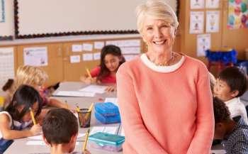 Як вчителю-пенсіонеру не втратити нарахування за відпустку, якщо договір укладений до червня?
