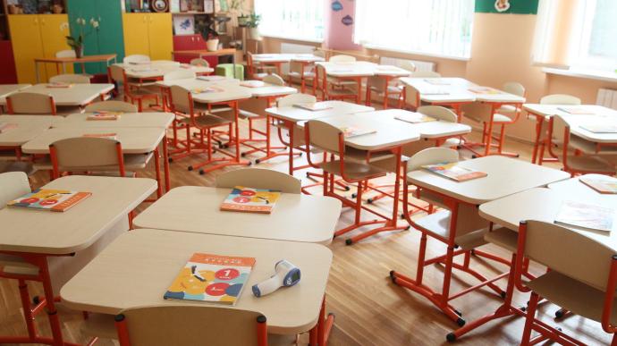 Близько половини українців «за» закриття садків і шкіл у разі погіршення епідситуації — опитування