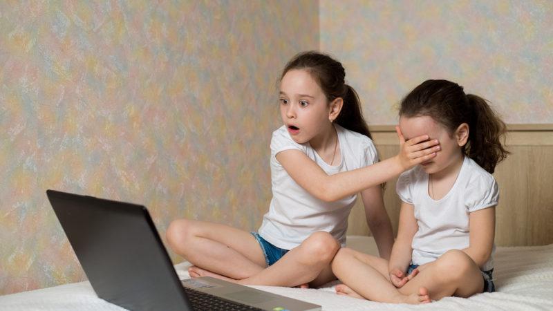 У якому віці діти вперше стикаються з сексуальним контентом — дослідження