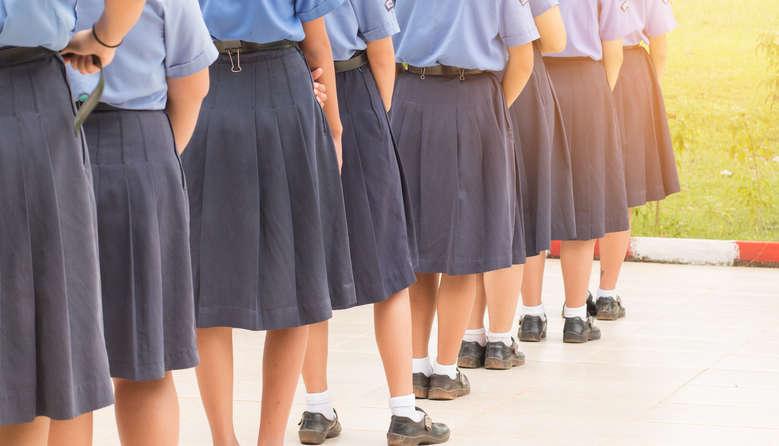 """Мати обурилася дрес-кодом вчителів – діти відволікаються: """"Вся школа знала, якого кольору сьогодні труси"""""""
