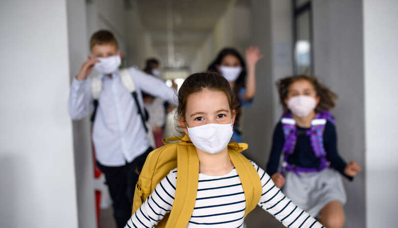 На дистанційку потрібно переводити й 1-4 класи, адже шкільні аудиторії та коридори – це каталізатор пандемії, – лікарі про карантин
