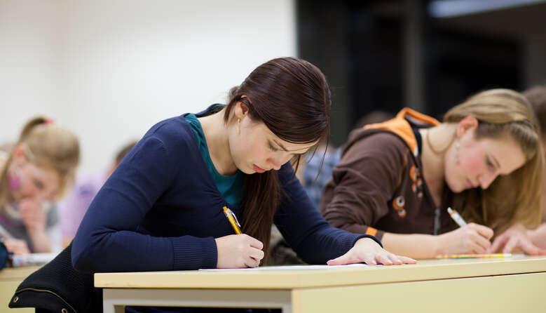У Києві планують зменшити тижневе навантаження на 11-класників – його вважають виснажливим