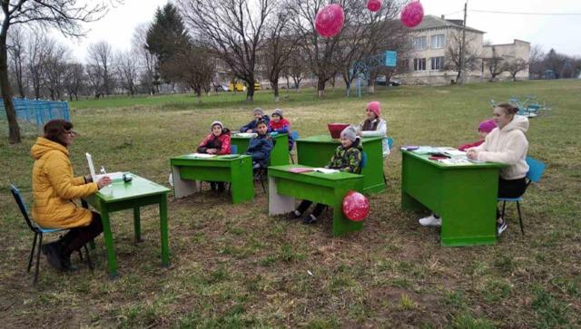 Просто неба: уроки в школі на Рівненщині проводять на вулиці (ФОТО)