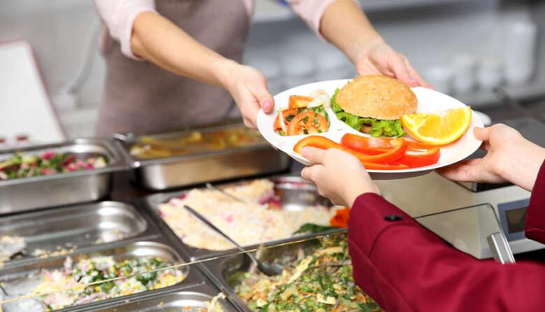 У школах вилучили 3 тонни небезпечних харчів: результати ревізії Держпродспоживслужби за пів року