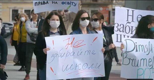 """Україною котиться хвиля закриття десятків шкіл: батьки виходять на страйки і """"атакують"""" Верховну Раду"""