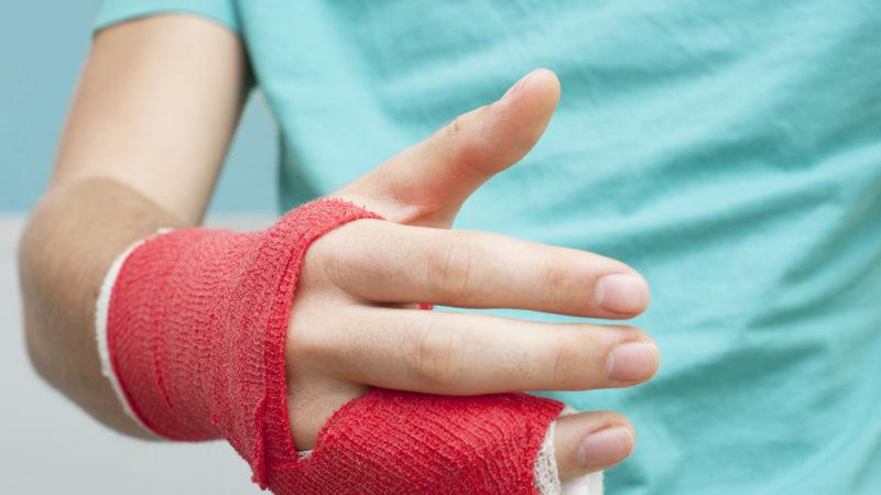 Учитель б'є дитину, на уроці проводять богослужіння, дитині зламали палець. Що робити?