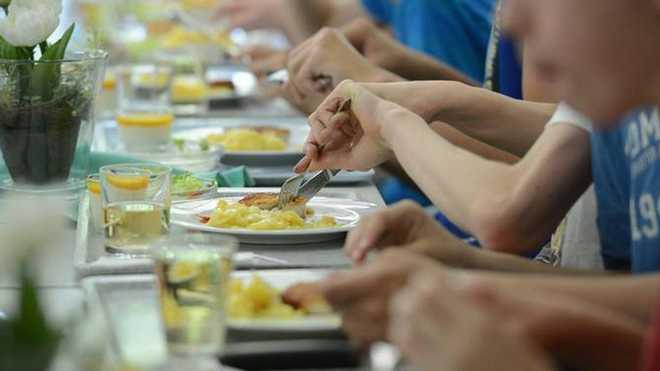 Фальсифікати, м'ясо у відрі і гнилі овочі: інспектори перевірили харчблоки закладів харчування