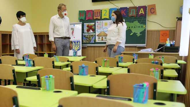 Директорам шкіл на Львівщині підняли зарплати до 1000 доларів