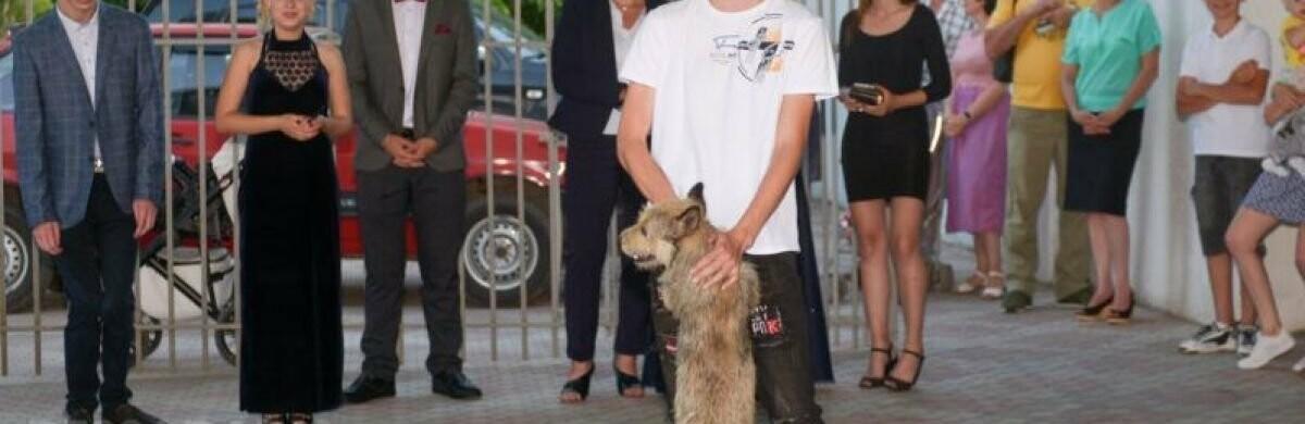 Відвідував уроки разом з господарем: на шкільний випускний запросили собаку (ФОТО)
