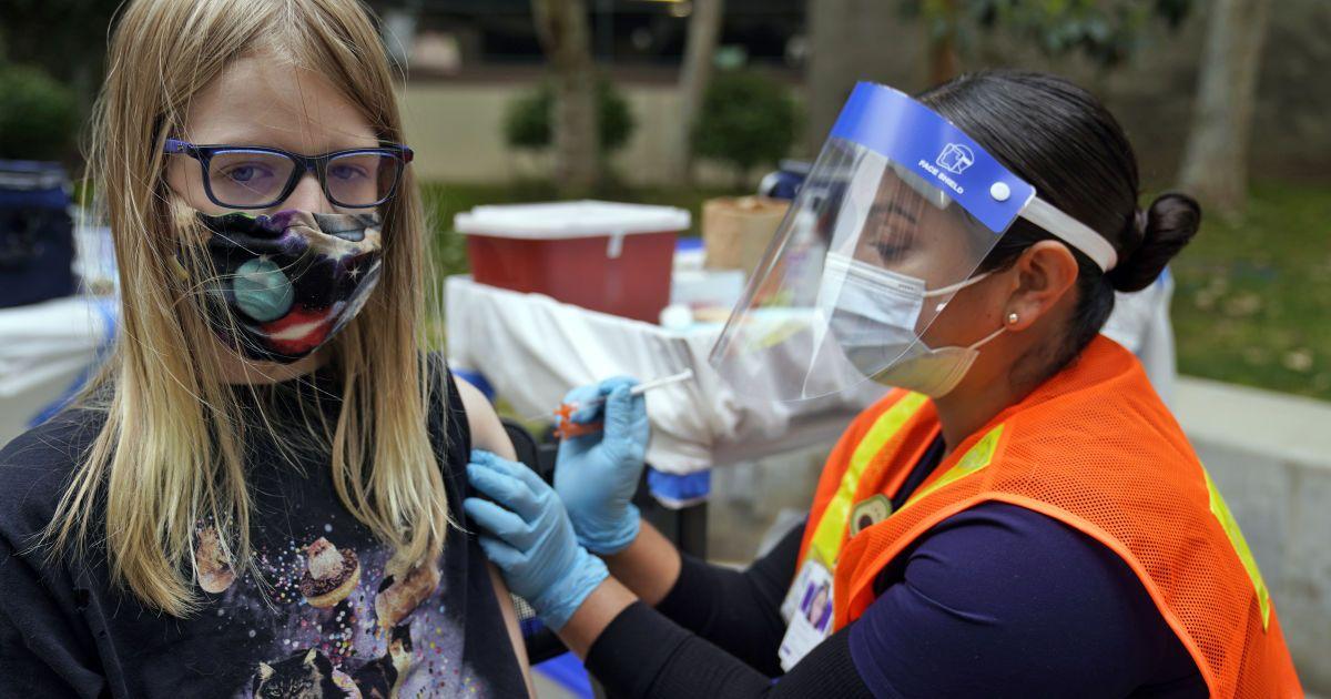 """Без """"дистанційки"""", але в масках навіть вакцинованим: американські педіатри дали рекомендації для шкіл"""