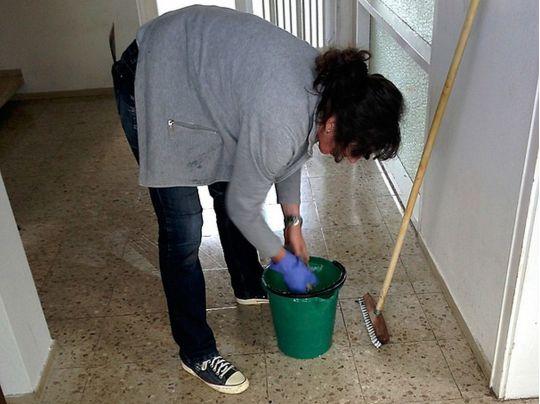 Прибирання в школі: хто повинен мити підлогу в класах