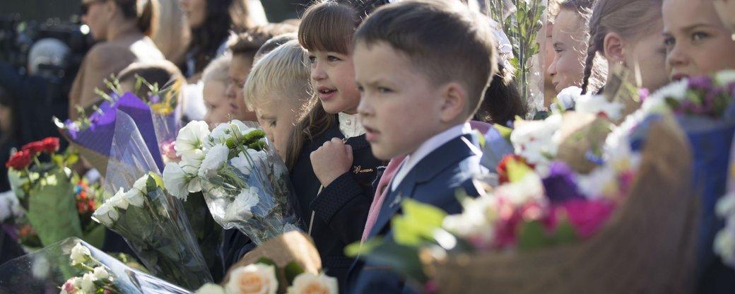 Закарпатські школи хочуть відмовитися від квітів на 1 вересня на користь лікування Павлика Мотички
