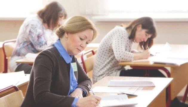 В українських школах майже 72 тисячі вчителів пенсійного віку — Шкарлет