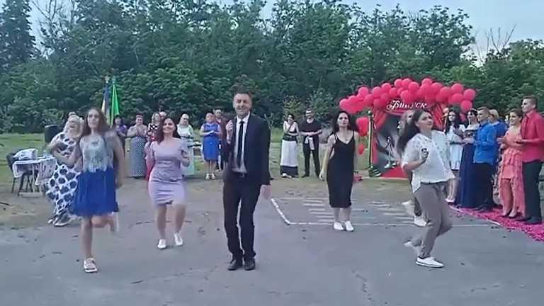 Вчитель з Полтавщини підкорив мережу танцем із випускниками: вірусне відео