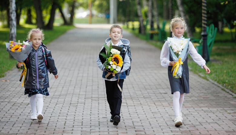 Освітяни створили петицію про заборону вітати хлопців з 14 жовтня, а дівчат – з 8 березня у закладах освіти