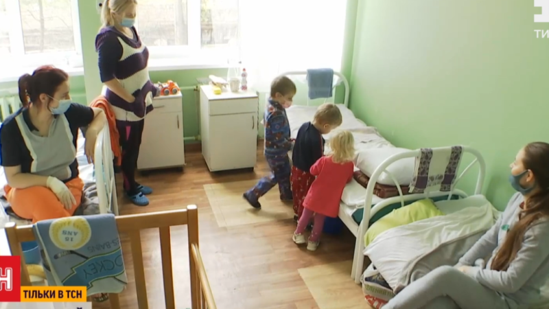 Дошкільнята та немовлята: в Україні з підозрою на COVID дедалі частіше госпіталізовують дітей