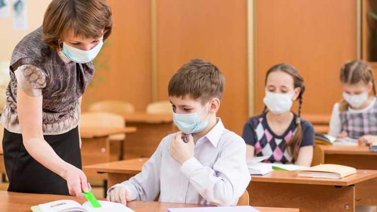 Дозволена вакцинація хоча б однією дозою, – Ляшко про роботу шкіл у жовтій зоні
