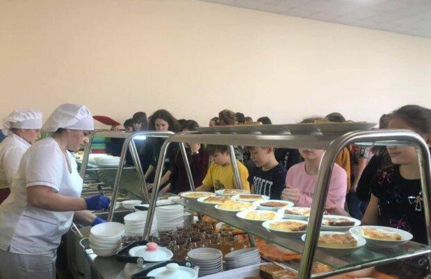 """Батьки поскаржилися на """"золоте"""" харчування в школах – економлять на дітях: """"Чай без цукру, каша солона"""""""