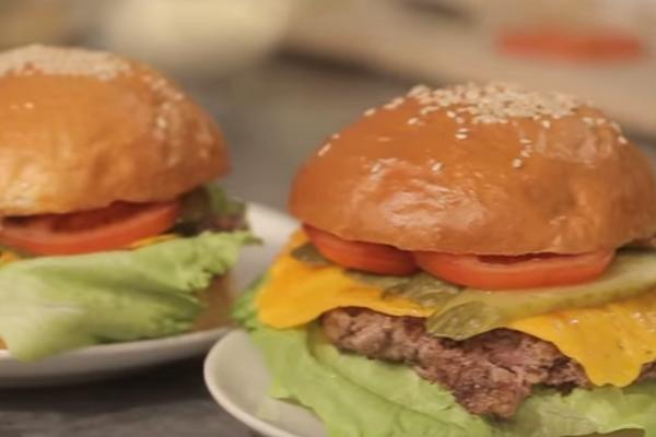 Стане корисним перекусом для школярів: Пекельний Шеф  розповів, як приготувати вдома соковитий і смачний чізбургер