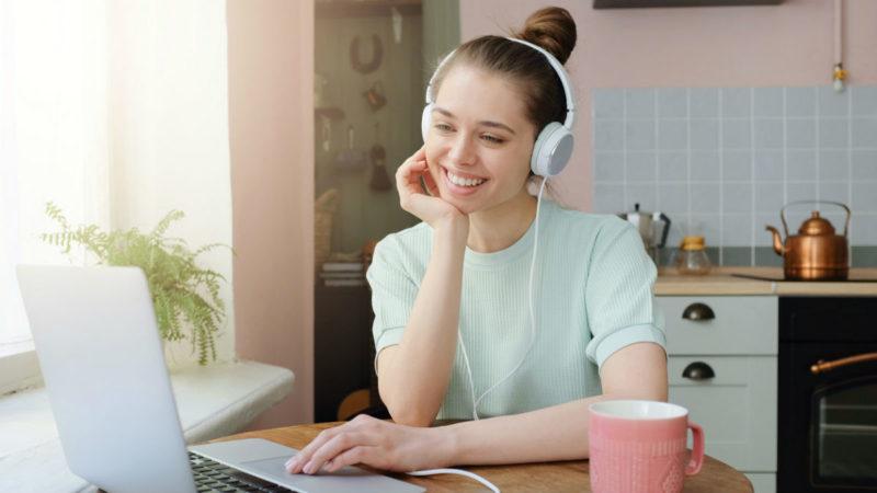 Сіра сукня з білим комірцем та бути цілодобово на зв'язку в Skype – розповідь репетиторки