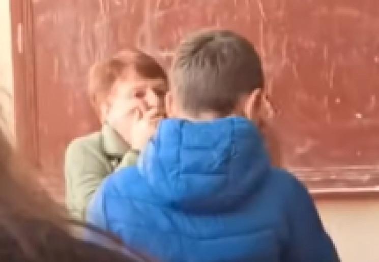 Школярі тролять вчительку піснею про Бандеру: жінка відмовляється виходити на роботу (відео)
