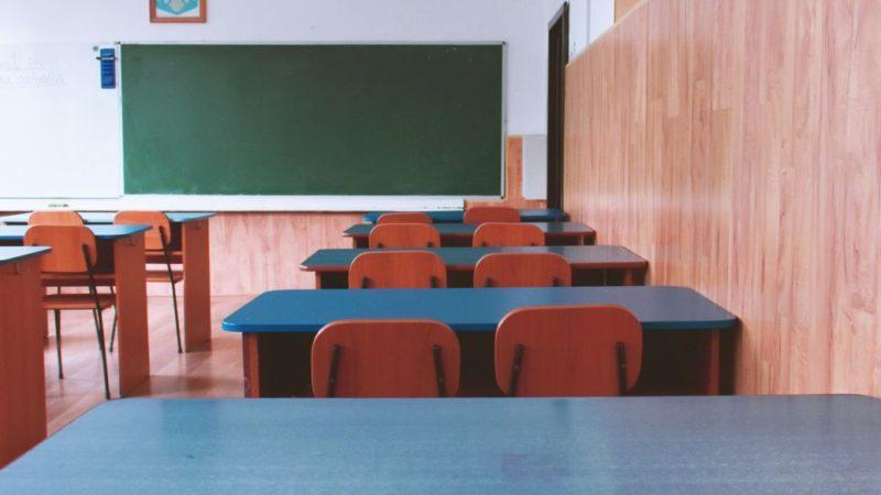 Переполох у школі: у Києві четвертокласник приніс у клас та розбризкав на перерві невідому суміш