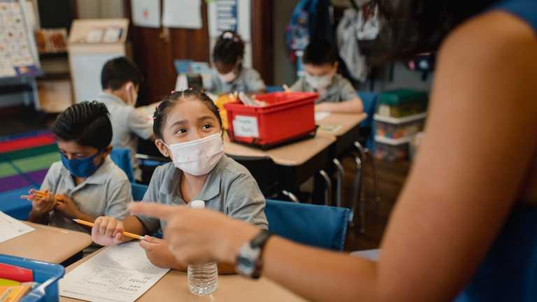 Як за кордоном працюють школи під час карантину та чи вакцинують вчителів проти COVID-19